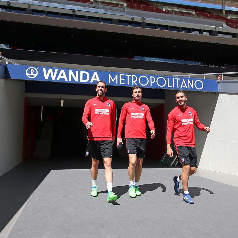 temporada 17/18. Entrenamiento en el Wanda Metropolitano. Koke Gabi y Godín durante el entramiento