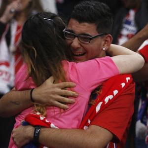 Temporada 17/18 | Final de Lyon de la Europa League | Olympique de Marsella - Atlético de Madrid | Afición abrazo