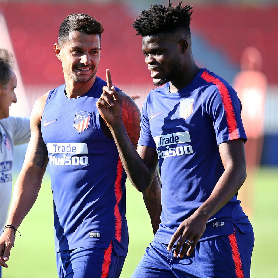 temporada 18/19. Entrenamiento en la ciudad deportiva Wanda. Thomas y Vitolo durante el entrenamiento