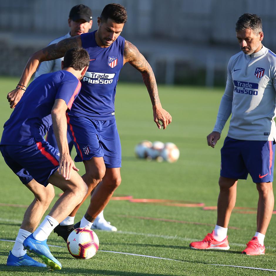 temporada 18/19. Entrenamiento en la ciudad deportiva Wanda. Vitolo y Juanfran durante el entrenamiento