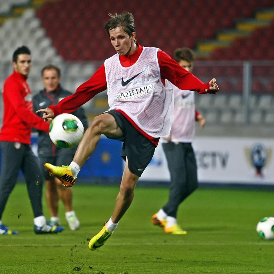 Temporada 13/14. Entrenamiento. Equipo entrenando en el estadio nacional de Lima. Samuel Villa disparando a puerta