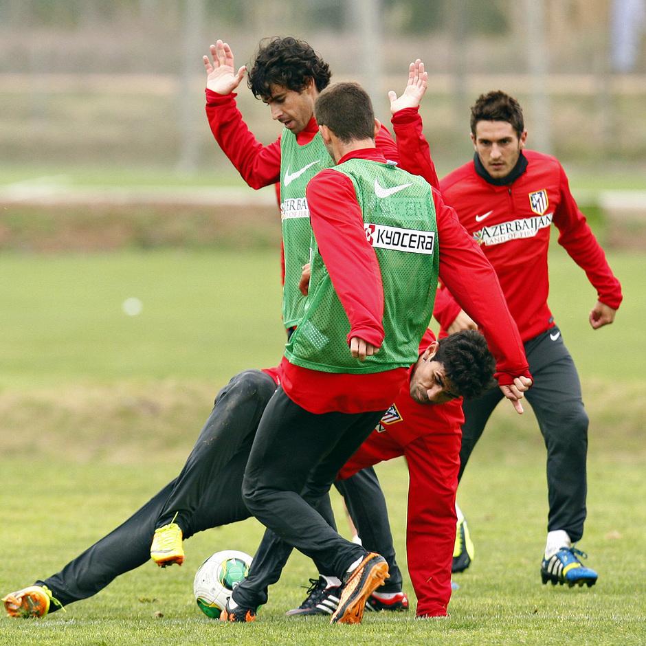 Temporada 13/14. Gira sudamericana. Equipo entrenando en Uruguay. Costa peleando un balón con Tiago