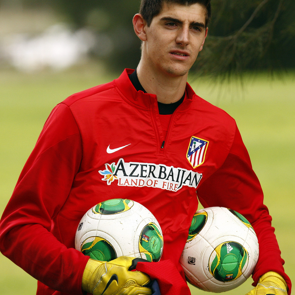 Temporada 13/14. Gira sudamericana. Equipo entrenando en Uruguay. Courtois con dos balones en las manos