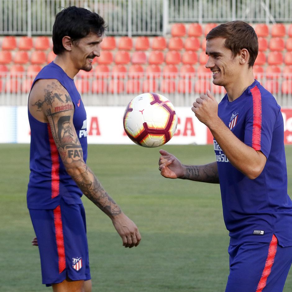 Temporada 18/19. Entrenamiento en la ciudad deportiva Wanda Atlético de Madrid. 23/08/2018. Griezmann y Savic