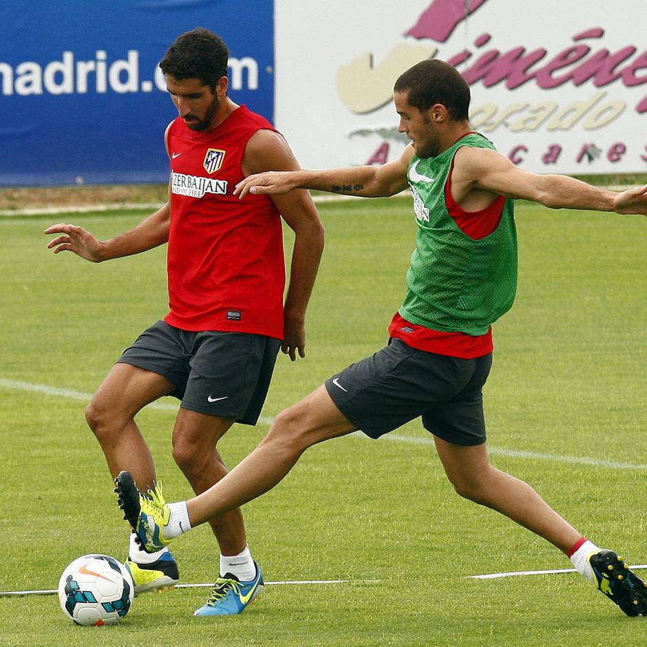 Raúl García y Mario Suárez disputan un balón en el entrenamiento matinal del miércoles 7 de agosto en la Ciudad Deportiva