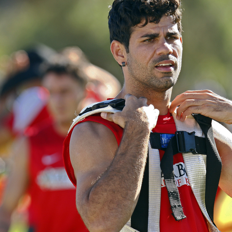 Diego Costa realiza un ejercicio con una mochila en el entrenamiento del jueves 8 en la Ciudad Deportiva