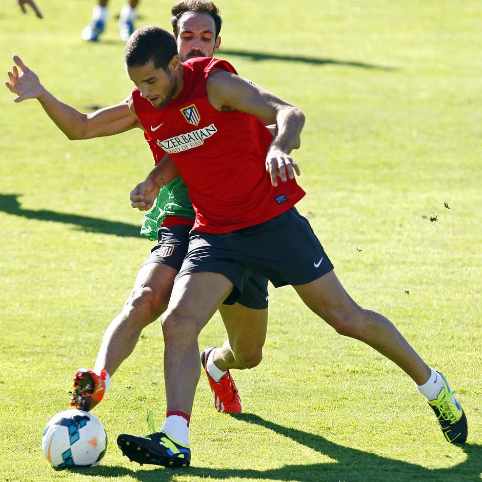 Temporada 13/14. Mario y Juanfran pelean por un balón en un entrenamiento en Majadahonda
