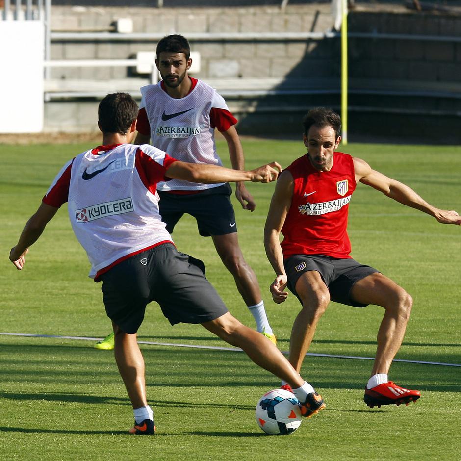 Juanfran defiende en un entrenamiento