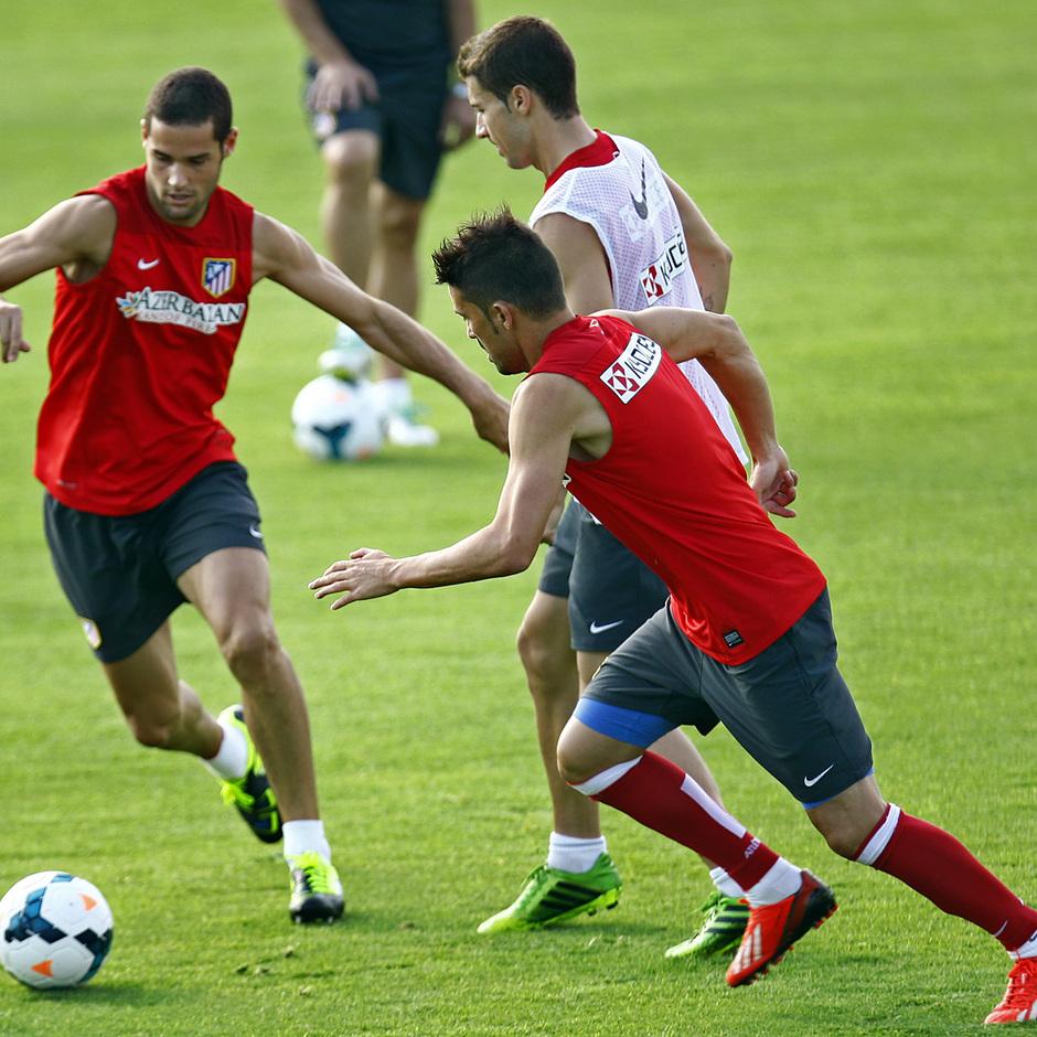 Temporada 13/14. Mario, Villa y Gabi pelean un balón en un entrenamiento