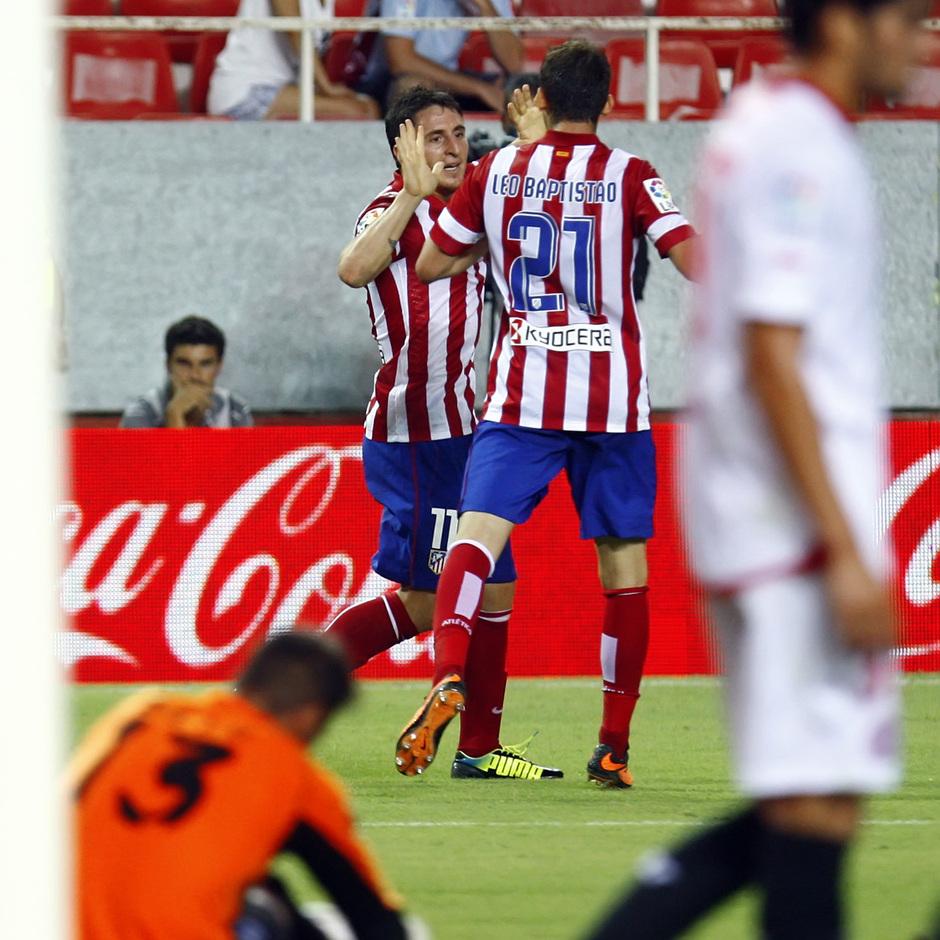 Temporada 13/14 Sevilla-Atlético de Madrid Cristian Rodríguez celebrando el tanto con Leo Baptistao