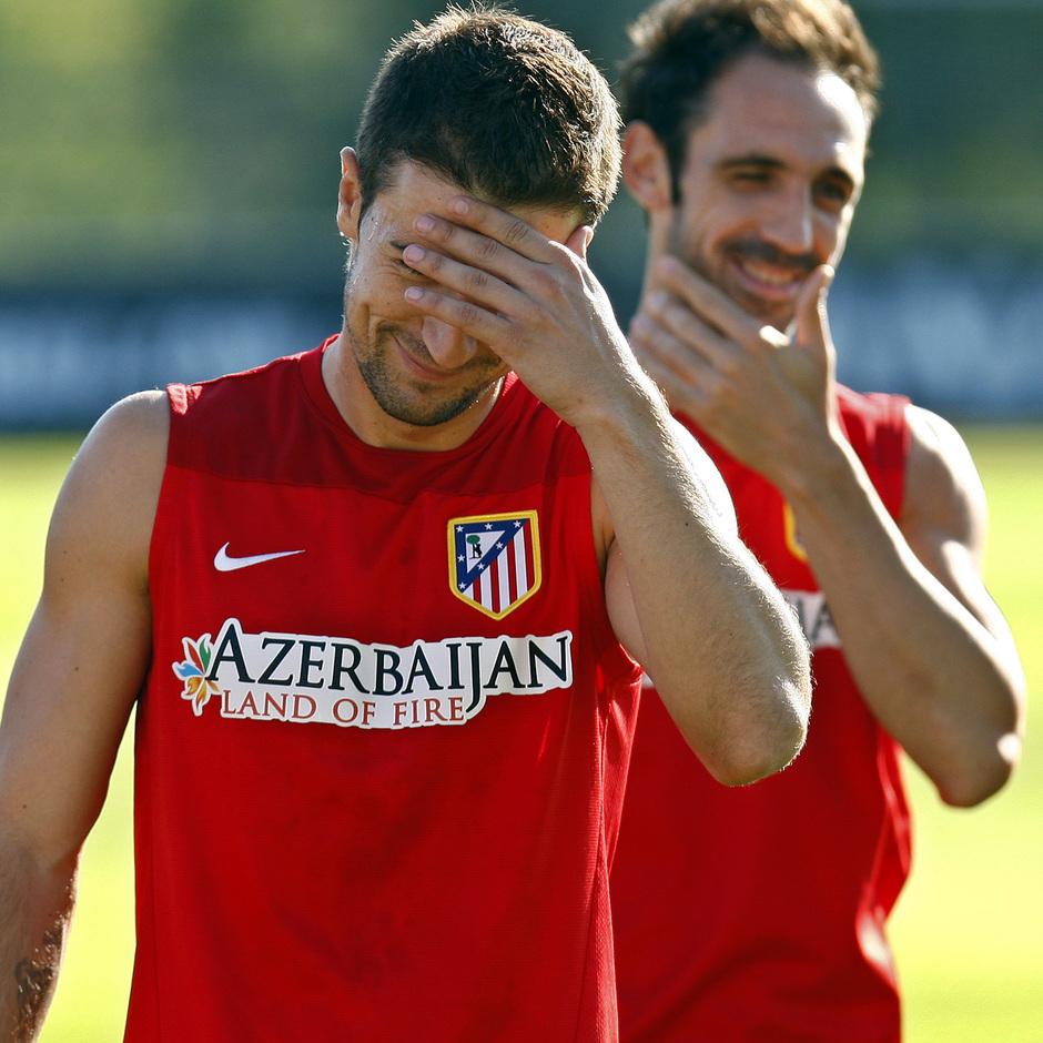 Temporada 13/14. Entrenamiento. Equipo entrenando en Majadahonda. Gabi y Juanfran se ríen durante el entrenamiento