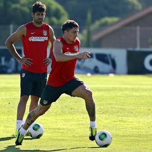 Temporada 13/14. Entrenamiento. Equipo entrenando en Majadahonda. Cristian Rodríguez conduce el balón durante el entrenamiento