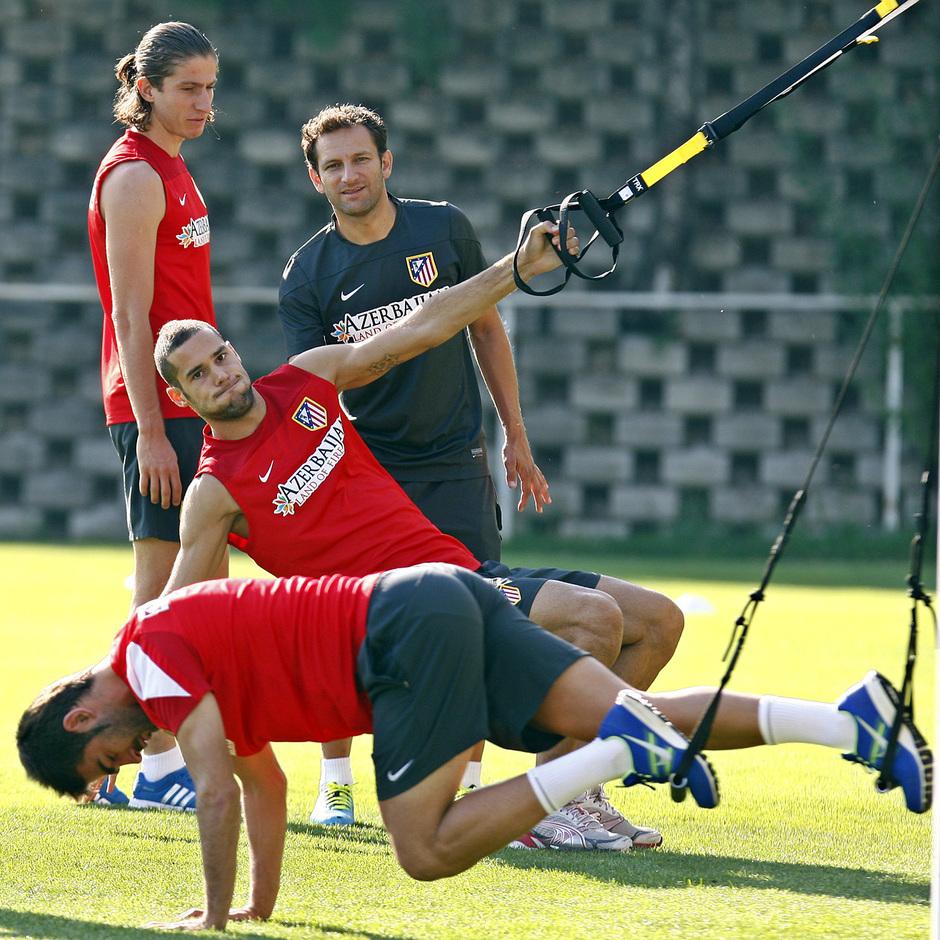 Adrián, Mario Suárez y Filipe Luis, en una de las estaciones de trabajo del entrenamiento del viernes 23 de agosto en la Ciudad Deportiva