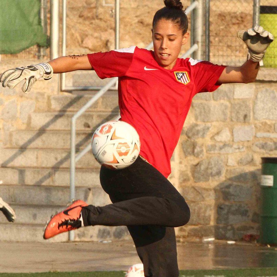 Temporada 2013-2014. Lola Gallardo hace malabares con el balón