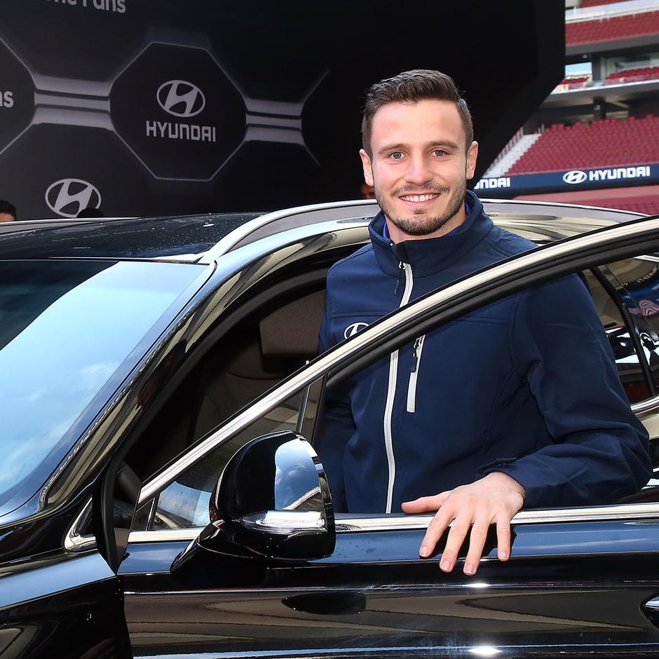 Temp. 18-19   Entrega de coche Hyundai a los jugadores en el Wanda Metropolitano   Saúl