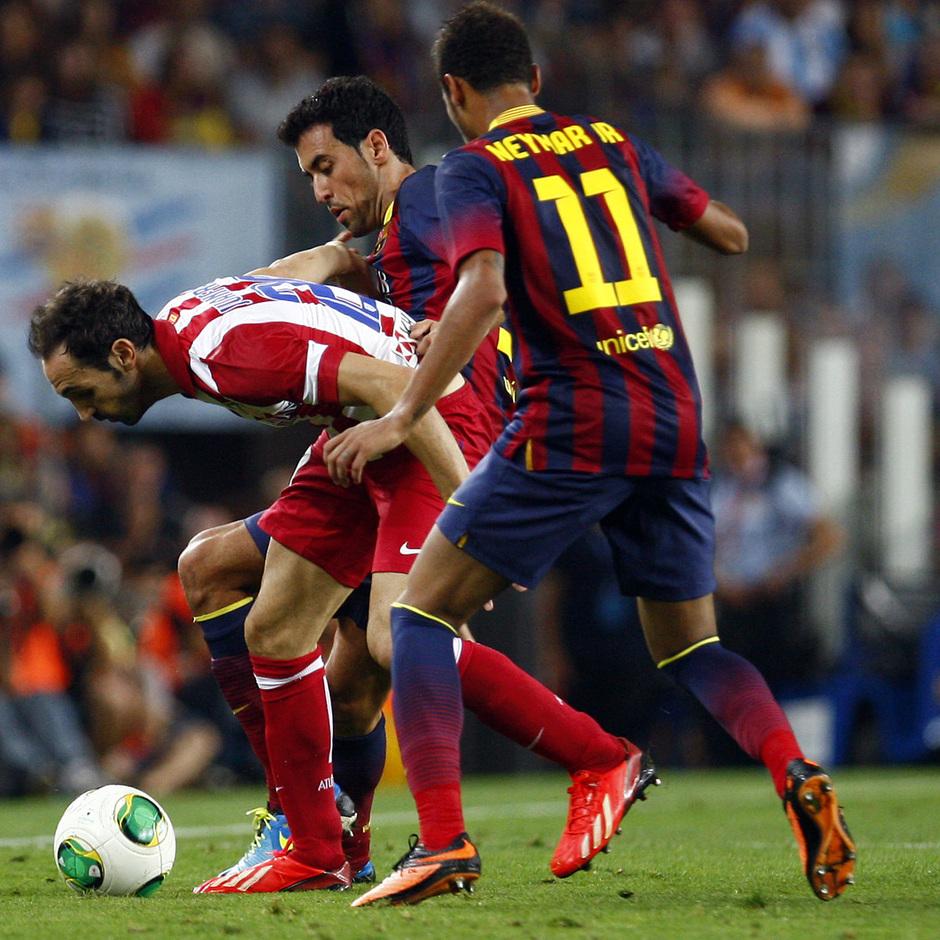 Temporada 2013/2014 FC Barcelona - Atlético de Madrid Juanfran haciéndose con el balón entre Busquets y Neymar