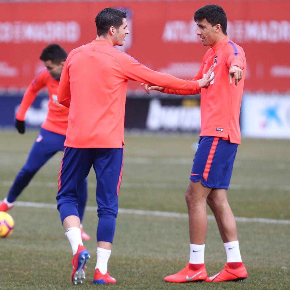 temporada 18/19. Entrenamiento en la ciudad deportiva Wanda. Morata y Rodrigo durante el entrenamiento