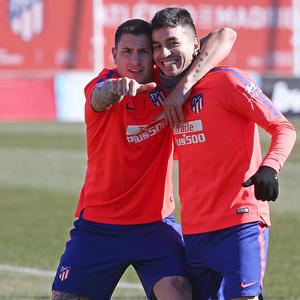temporada 18/19. Entrenamiento en la ciudad deportiva Wanda. Giménez y Correa durante el entrenamiento