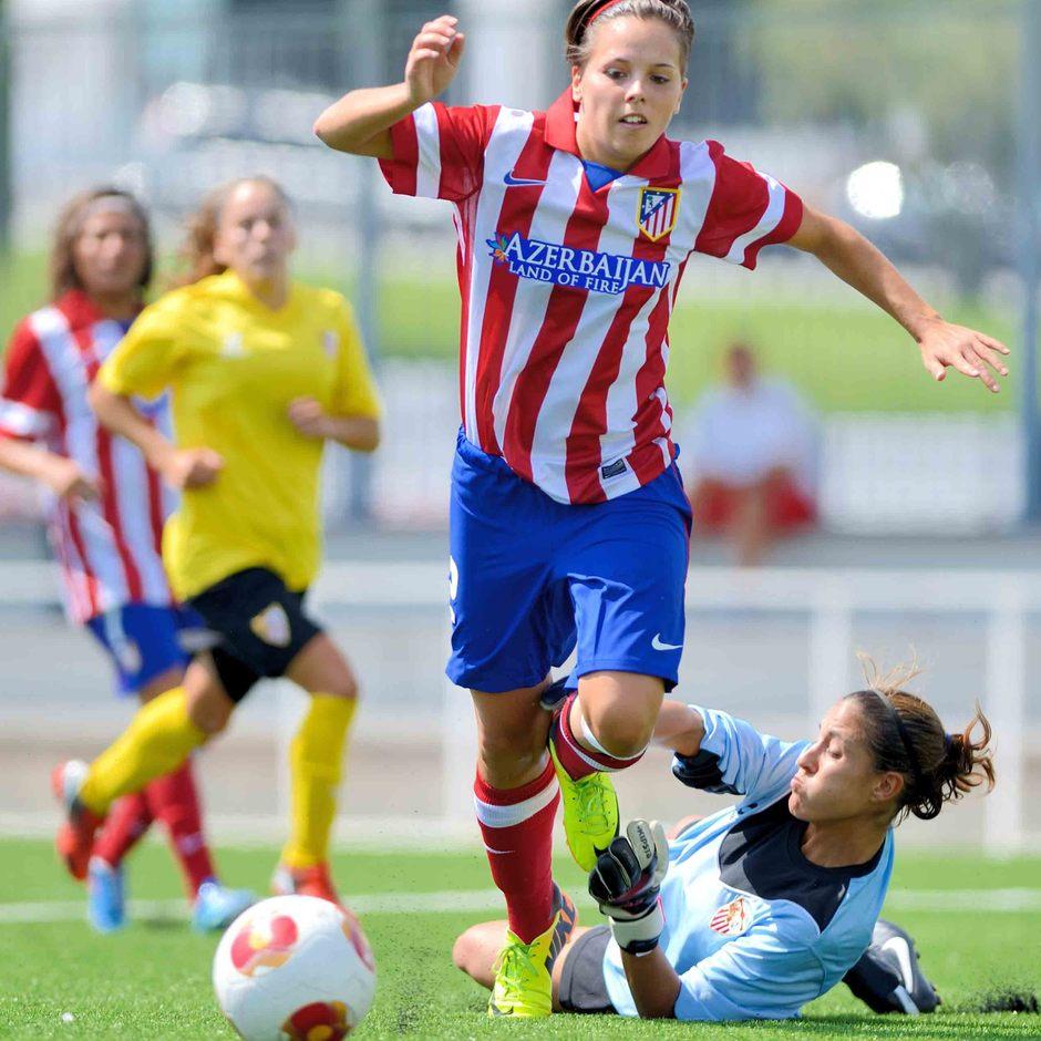 Temporada 2013-2014. Claudia regatea a la guardameta antes de marcar su tercer gol