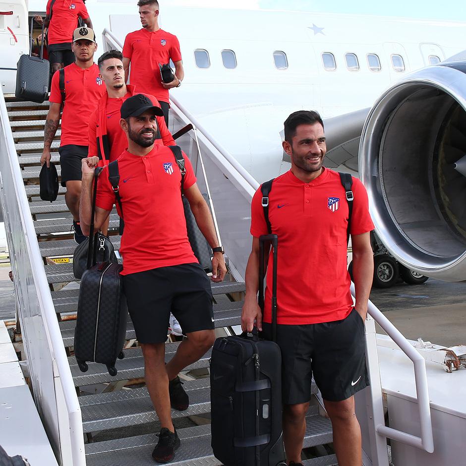 Adán y Diego Costa sonríen al bajar del avión en Dallas