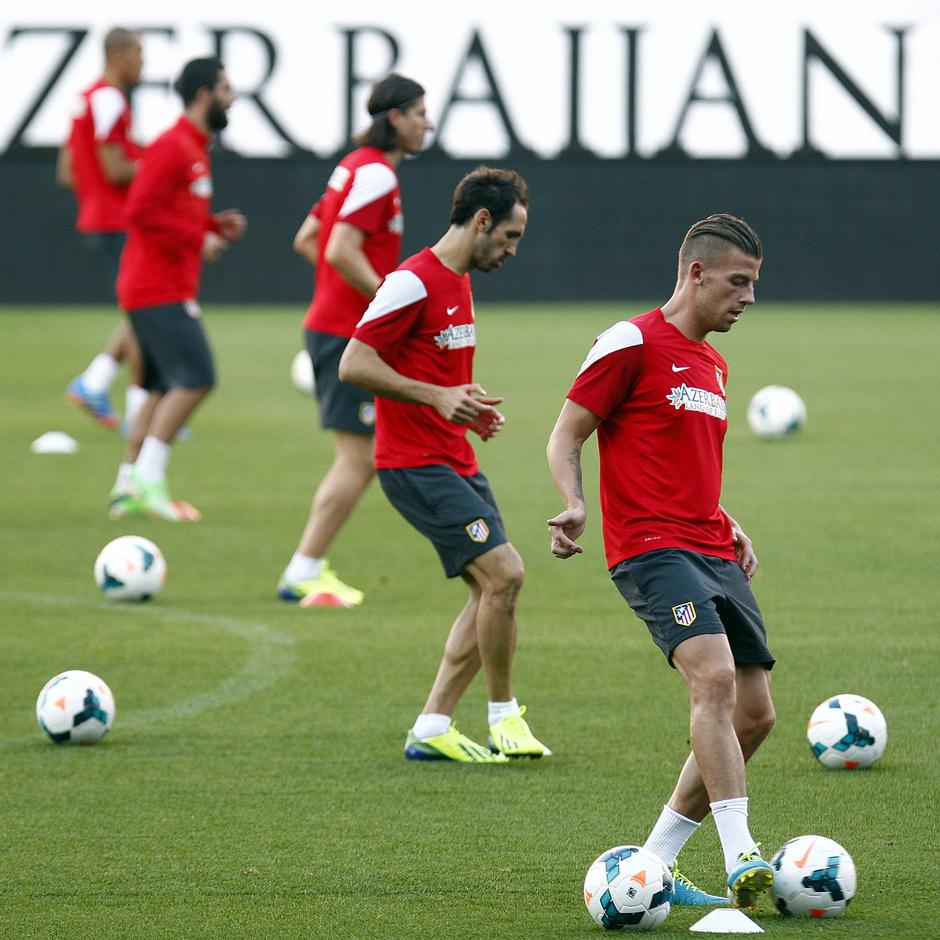Temporada 13/14. Entrenamiento. Equipo entrenando en el estadio Vicente Calderón. Jugadores realizando ejercicios con balón