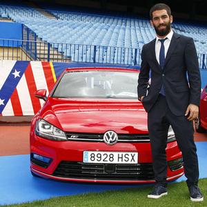 temporada 13/14. presentación Volksewagen. Arda con su  Volkswagen en el estadio