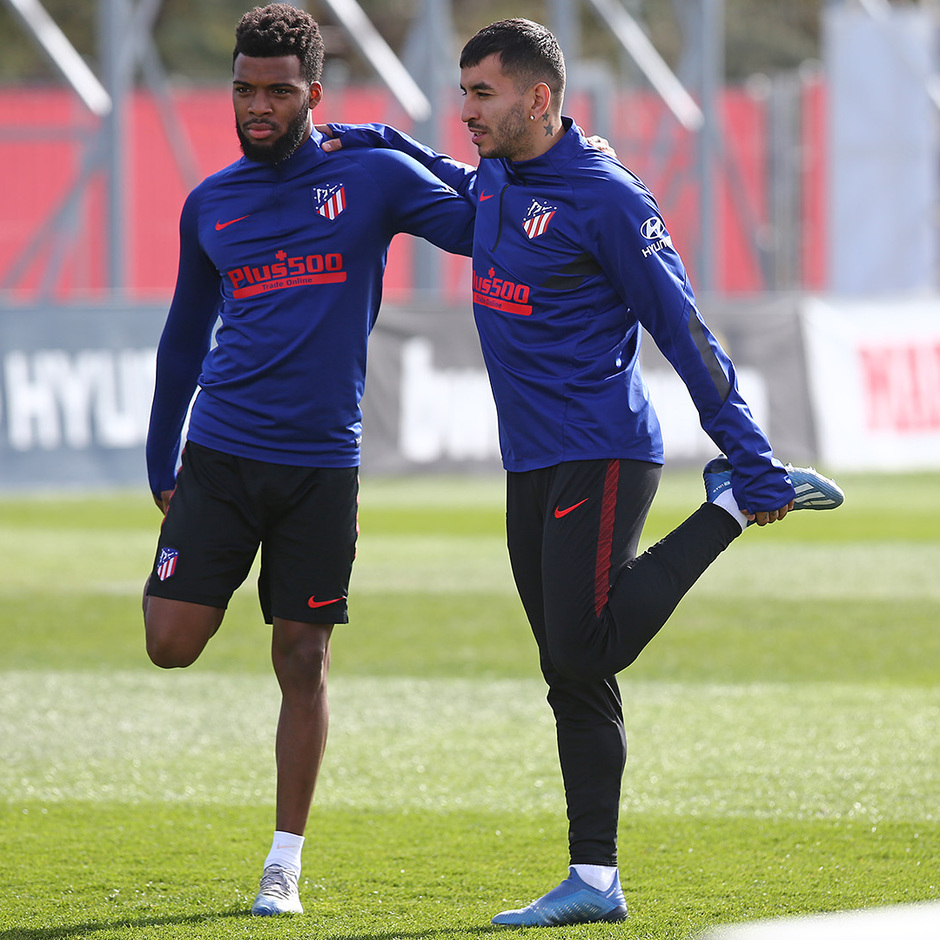 Temporada 19/20. Entrenamiento en la ciudad deportiva Wanda. Lemar y Correa realizando ejercicios durante el entrenamiento