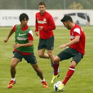 Temporada 13/14. Entrenamiento. Equipo entrenando en Majadahonda. Villa controlando un balón ante Óliver y Gabi
