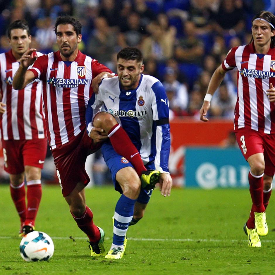 Raúl García es agarrado por un jugador del Espanyol cuando se dirige a por el balón