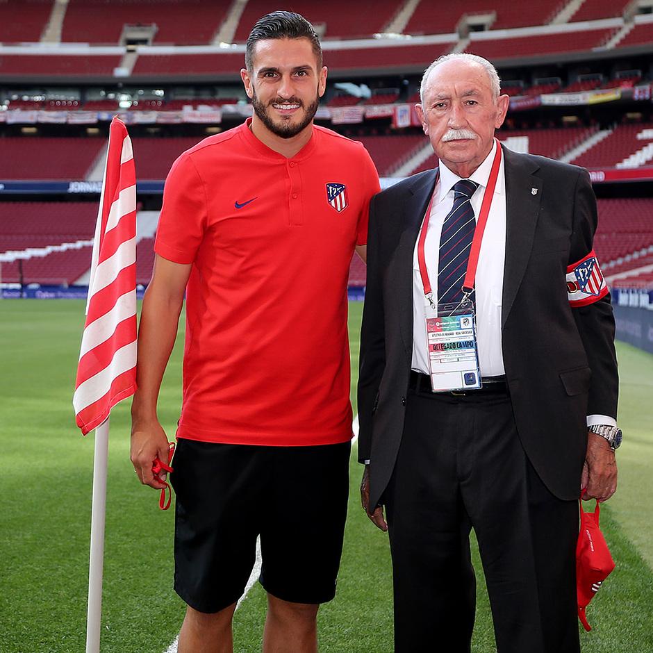 Temp. 19/20. Atlético de Madrid-Real Sociedad. Ramo de flores Koke y Carlos Peña