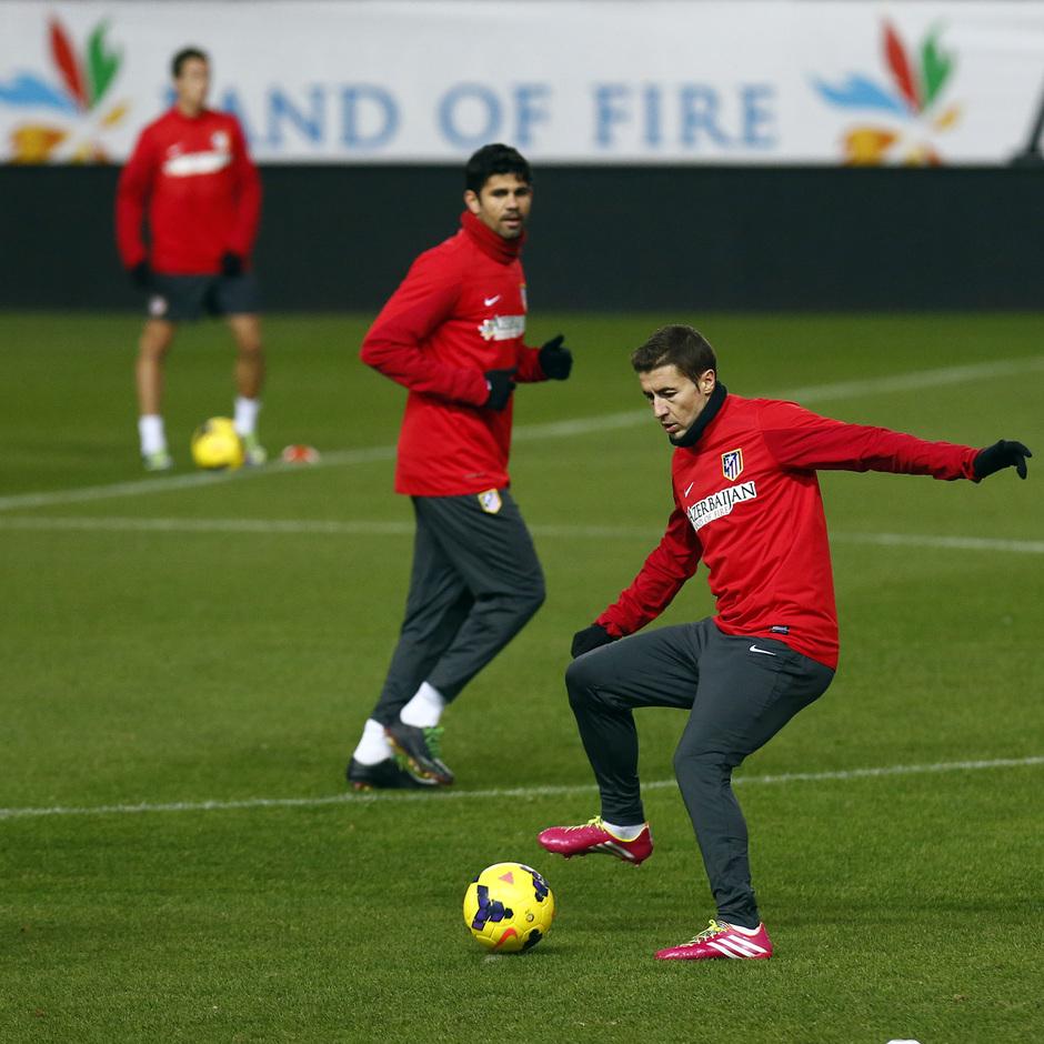temporada 13/14 entrenamiento en el estadio Vicente Calderón. Gabi pegando al balón