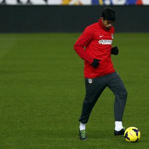 temporada 13/14 entrenamiento en el estadio Vicente Calderón. Costa golpeando un balón