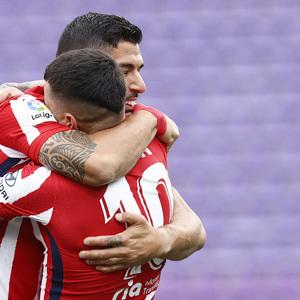 Temp. 20-21   Valladolid-Atleti   Celebración abrazo Luis Suárez y Correa