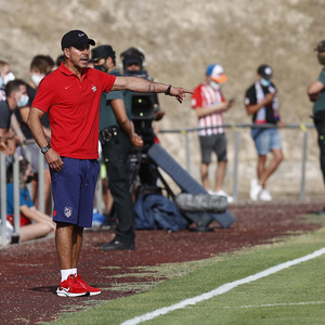 Diego Pablo Simeone da órdenes en la banda