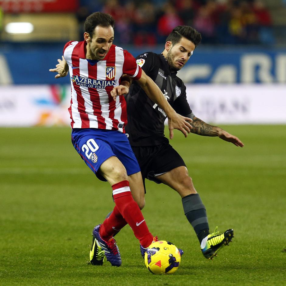 temporada 13/14. Partido Atlético de Madrid- Levante.  Juanfran con el balón