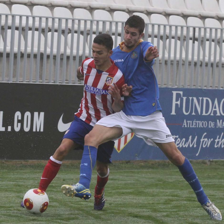 Omar lucha con un jugador del Getafe B en el partido disputado en la Ciudad Deportiva y que acabó con 1-0 para los rojiblancos