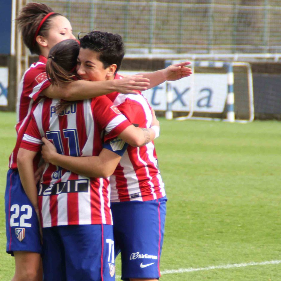 Temporada 2013-2014. Las jugadoras abrazan a Pisco tras su centro que acabó en gol