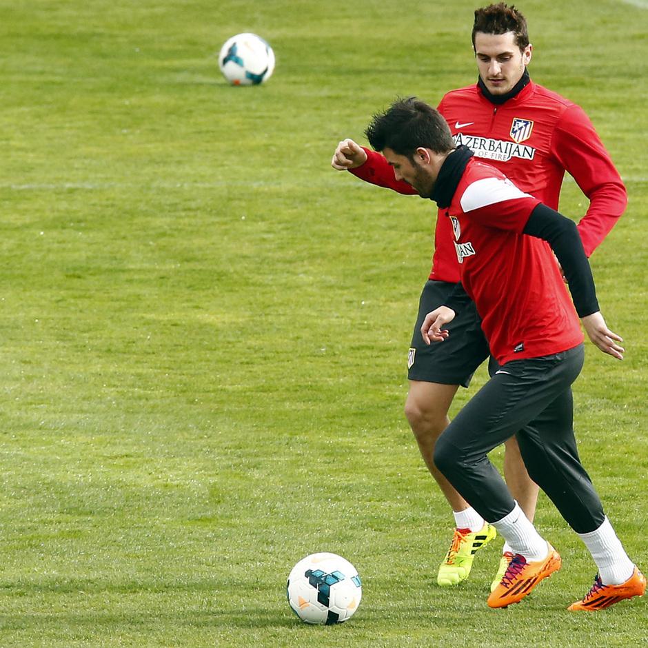 Temporada 2013/14. Entrenamiento. Koke y David Villa se pasan el balón