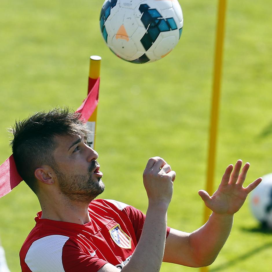 Temporada 13/14. Entrenamiento en la Ciudad Deportiva de Majadahonda. David Villa remata el balón.