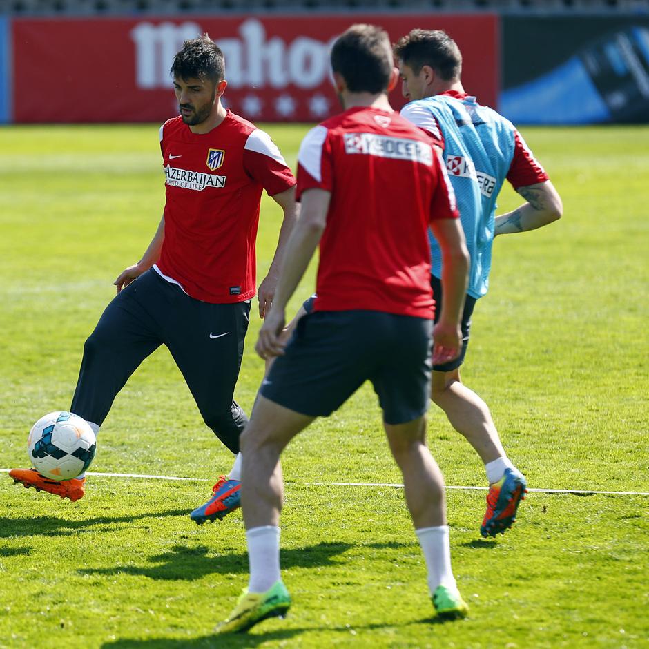 TEMPORADA 2013/14. Entrenamiento primer equipo en Majadahonda. David Villa controla el balón ante la presencia de Cristian Rodríguez.
