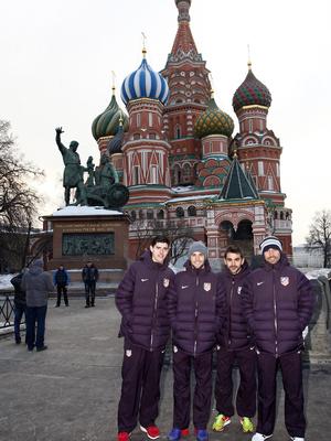 UEFA Europa League 2012-13. Courtois, Mario, Adrián y Asenjo posan ante la catedral de San Basilio en Moscú