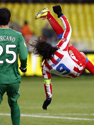 Falcao intenta la chilena durante la segunda parte del partido ante el Rubin.