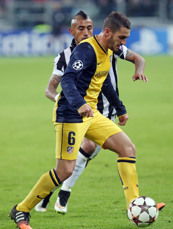 Temporada 14-15. Champions League. Juventus - Atlético de Madrid. Koke controla el balón junto a Vidal.