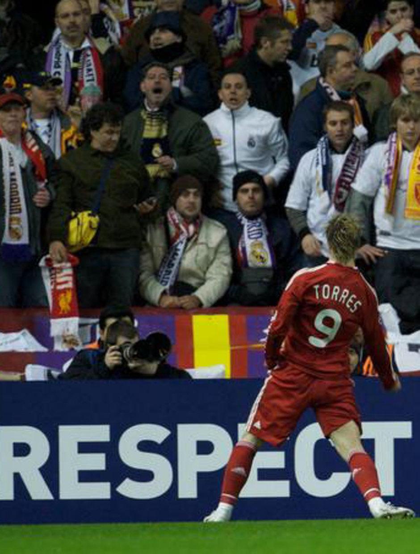 Fernando Torres celebra uno de los goles que sirvieron para eliminar al Real Madrid con el Liverpool en la Champions de 2009