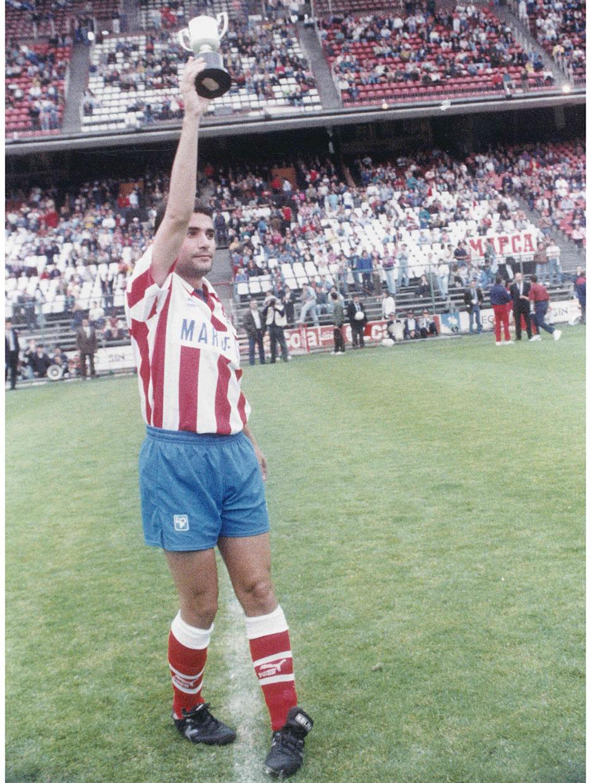 Manolo ofrece al público el Trofeo Pichichi de la temporada 90-91