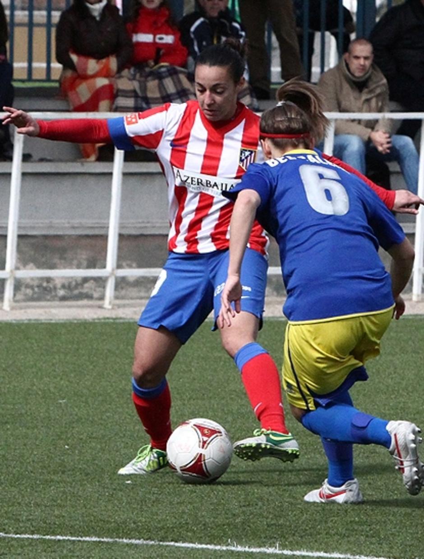 Temporada 2012-2013. Paula Serrano dando un pase con su pierna izquierda