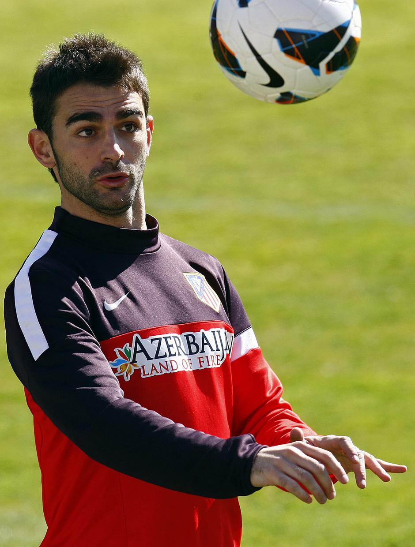 Temporada 12/13. Entrenamiento, Adrián controlando un balón con la cabeza en el entrenamiento en la Ciudad Deportiva de Majadahonda