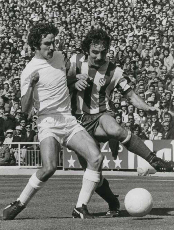 Capón pelea por un balón con el madridista Aguilar en el Bernabéu, un duelo eléctrico siempre en los derbis