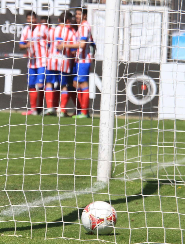 El Atlético B celebra el gol de Ndoye al Fuenlabrada, que suponía el 3-0