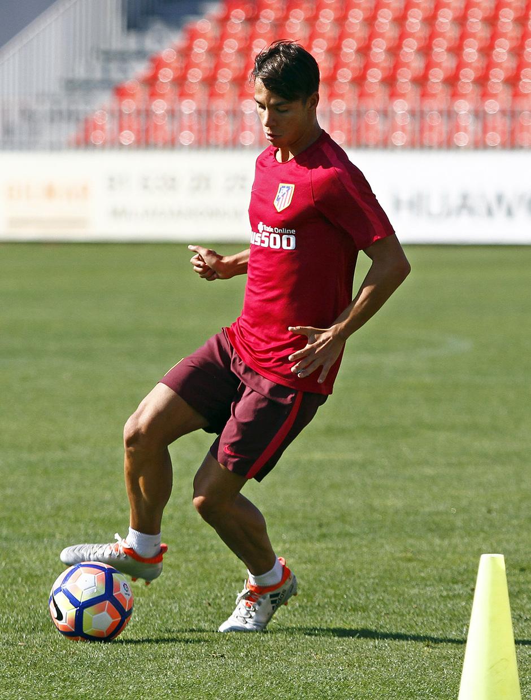 Temporada 16/17. Entrenamiento en la ciudad deportiva Wanda Atletico de Madrid. 03_08_2016. Óliver controla una balón